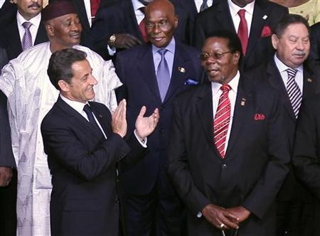 From L, front row, France's President Nicolas Sarkozy, African Union (AU) Chairman and Malawian President Bingu wa Mutharika, (2nd row) Mali's President Amadou Toumani Toure and Senegalese President Abdoulaye Wade pose for a family photo during the 25th Africa-France Summit in Nice, May 31, 2010. REUTERS/Valery Hache/Pool