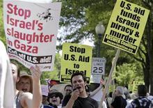 <p>Демонстрация протеста у здания посольства Израиля в Вашингтоне 31 мая 2010 года. Израильская полиция допросила сотни арестованных на борту судов гуманитарного каравана, который был силой остановлен израильскими военными по пути в сектор Газа в понедельник. REUTERS/Yuri Gripas</p>