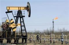 <p>Станок-качалка на месторождении Юганскнефтегаза под Нефтеюганском 26 апреля 2006 года. Власти РФ наконец договорились о цене на нефть, которая будет заложена в расчет бюджета на 2011 год: компромиссным вариантом стали $75 за баррель, а не $70, на которых настаивал министр финансов РФ Алексей Кудрин. REUTERS/Sergei Karpukhin</p>