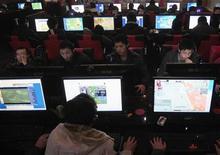 <p>Люди в интернет-кафе в городе Хэфэй в провинции Аньхой, Китай 25 января 2010 года. Мировой интернет-трафик вырастет более чем в 4 раза к 2014 году, благодаря все большей популярности интернет-видео и социального общения, прогнозирует производитель сетевого оборудования Cisco Systems Inc. REUTERS/Stringer</p>