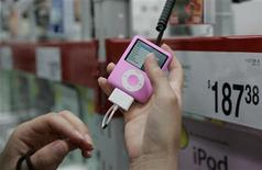 <p>A customer looks at an ipod nano at a Sam's Club in Fayetteville, Arkansas June 5, 2008. REUTERS/Jessica Rinaldi</p>