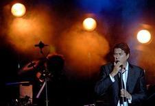 <p>Foto de archivo del cantante Bryan Ferry y Roxy Music durante el Festival de Verano Ohrid en Ohrid, Macedonia, jul 14 2006. La banda británica de 'art rock' Roxy Music regresará al Festival de Jazz de Montreux después de 37 años, en el marco de las presentaciones especiales que prepara para celebrar su aniversario número 40 el próximo año. REUTERS/Ognen Teofilovski (MACEDONIA)</p>