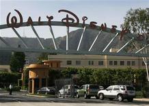 <p>Foto de archivo del portón de Walt Disney Co. En Burbank, EEUU, mayo 5 2009. Walt Disney Co, usando un tono más positivo que el de trimestres anteriores, dijo que prevé ventas a consumidores más fuertes en los próximos años y destacó una mejora en sus parques temáticos. REUTERS/Fred Prouser</p>