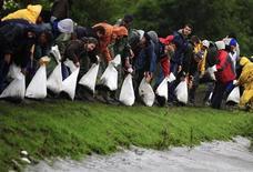 <p>Жители венгерского города Гант строят дамбу из мешков с песком 1 июня 2010 года. Ливневые дожди вновь вызвали наводнения в центральной Европе, в Чехии погибли два человека, тысячи жителей Венгрии и Словакии остались без крова. REUTERS/Arpad Kurucz</p>