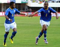 <p>Игроки сборной Бразилии Мишел Бастос (слева) и Майкон радуются голу, забитому в ворота сборной Зимбабве, во время товарищеского матча в Хараре 2 июня 2010 года. Сборная Бразилии предсказуемо обыграла команду Зимбабве со счетом 3-0 в товарищеском матче, однако в игре получил травму основной вратарь команды Жулиу Сезар. REUTERS/Philimon Bulawayo</p>