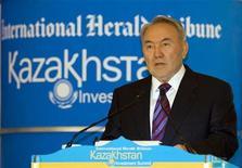 """<p>Президент Казахстана Нурсултан Назарбаев выступает на Казахстанском инвестиционном саммите в Алма-Ате 3 июня 2010 года. Президент Казахстана Нурсултан Назарбаев отказался в четверг подписывать законопроект, который дал бы ему статус """"лидера нации"""" и пожизненные полномочия контролировать политику страны, сообщил госканал Хабар. REUTERS/Shamil Zhumatov</p>"""