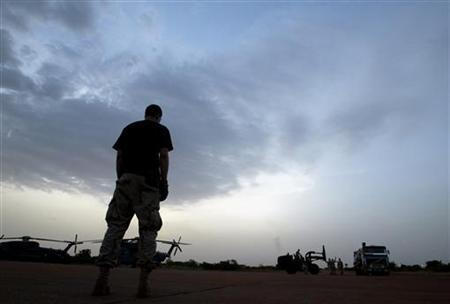 Dusk falls as troops from the U.S. Special Forces unload cargo at their temporary airbase in the Malian capital Bamako June 13, 2005. REUTERS/Finbarr O'Reilly