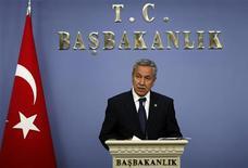 <p>Вице-премьер Турции Бюлент Арынч общается с прессой в Анкаре 31 мая 2010 года. Вице-премьер Турции Бюлент Арынч заявил в пятницу, что Анкара может свести к минимуму отношения с Тель-Авивом, после того как Израиль атаковал турецкое судно с гуманитарной помощью, направлявшееся в Газу. REUTERS/Umit Bektas</p>