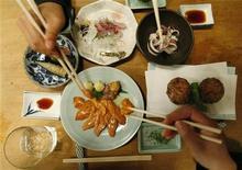 <p>Люди едят в японском ресторане Saiki в Токио 7 апреля 2008 года. Австралийский ресторатор, сытая по горло тем, что клиенты постоянно оставляют что-то на тарелке, установила новые порядки в заведении. Отныне гости обязаны съесть все до последней крошки или выплатить штраф и больше не возвращаться. REUTERS/Issei Kato</p>