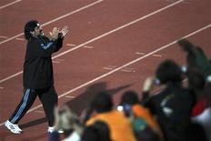 <p>Maradona aplaude os torcedores em Pretória. A polícia sul-africana deportou na segunda-feira 10 supostos torcedores violentos da Argentina, que foram detidos no aeroporto de Johanesburgo a poucos dias do início da Copa, informou a embaixada argentina.06/06/2010.REUTERS/Ivan Alvarado</p>