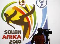 <p>Оператор на фоне логотипа чемпионата мира по футболу 2010 года в ЮАР 23 февраля 2010 года. Уже 11 июня начнется чемпионат мира по футболу, однако Южно-Африканской Республике, где пройдет турнир, нужно еще преодолеть несколько препятствий, чтобы это событие стало незабываемым. REUTERS/Siphiwe Sibeko</p>
