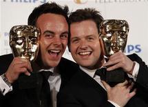 """<p>El dúo Ant McPartlin y Dec Donnelly posan junto a su premio Bafta en Londres. Jun 6 2010. El dúo cómico inglés Ant y Dec y el programa de televisión """"Britain's Got Talent"""" se llevaron el domingo su primer premio de la Academia Británica de las Artes Cinematográficas y de la Televisión (Baftas). REUTERS/Luke MacGregor</p>"""