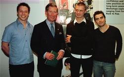 <p>Imagen de archivo del grupo Stereophonics junto al Príncipe Carlos en Londres. Mayo 7 1998. Stuart Cable, baterista y miembro fundador, aparece a la izquierda. El ex baterista de Stereophonics Stuart Cable fue encontrado muerto el lunes en su hogar en Gales, dijo la policía local que aún no había determinado la causa del deceso. REUTERS/Paul Hackett/ARCHIVO</p>