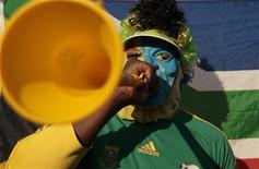 <p>Torcedor da África do Sul soa sua vuvuzela durante sessão de treino da seleção almeã em Pretória. A vuvuzela, corneta típica que a torcida sul-africana vai usar durante os jogos na Copa do Mundo, é a campeã na produção de barulho e pode causar perda permanente na audição. 07/06/2010 REUTERS/Ina Fassbender</p>
