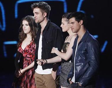 From left to right, Anna Kendrick, Robert Pattinson, Kristen Stewart and Taylor Lautner stand on stage to accept the Best Movie award at the 2010 MTV Movie Awards in Los Angeles June 6, 2010. REUTERS/Mario Anzuoni
