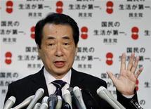 <p>Новоизбранный премьер-министр Японии Наото Кан отвечает на вопросы журналистов в Токио 4 июня 2010 года. Новый премьер-министр Японии Наото Кан назначил кабинет министров во вторник, за месяц до выборов в верхнюю палату парламента, перед которыми правящей партии предстоит восстановить доверие избирателей. REUTERS/Issei Kato</p>