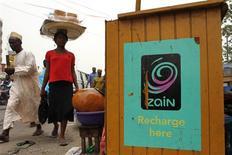 <p>Bharti Airtel a acquis les actifs africains de Zain pour neuf milliards de dollars (7,54 milliards d'euros), ce qui fera de l'opérateur indien le cinquième acteur mondial du secteur./Photo d'archives/REUTERS/Akintunde Akinleye</p>