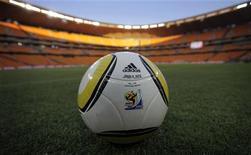 <p>Официальный мяч чемпионата мира по футболу Jabulani на газоне стадиона в Йоханнесбурге 8 июня 2010 года. Матчи чемпионата мира по футболу, который в этом году принимает Южно-Африканская Республика, пройдут на девяти стадионах в десяти городах. REUTERS/Kai Pfaffenbach</p>