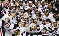 <p>Members of the Chicago Blackhawks pose with the Stanley Cup after they defeated the Philadelphia Flyers in Game 6 of the NHL Stanley Cup Final hockey series in Philadelphia June 9, 2010. REUTERS/Shaun Best</p>