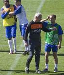 <p>Sneijderri com o técnico van Marwijk. A seleção holandesa foi proibida de usar o Twitter durante a Copa do Mundo após comentários de Eljero Elia, transmitidos em vídeos pela Internet, terem sido interpretados como racistas.09/06/2010.REUTERS/Michael Kooren</p>