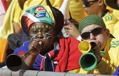 <p>Fãs sul-africanos soam as vuvuzelas antes do jogo de abertura da Copa do Mundo entre México e África do Sul. Johanesburgo amanheceu nesta sexta-feira com os estridentes sons das vuvuzelas e gritos dos torcedores. 11/06/2010 REUTERS/Henry Romero</p>