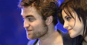 """<p>Robert Pattinson (esq) e Kristen Stewart durante turnê promocional do filme """"A Saga Crepúsculo: Lua Nova"""" em Munique em 2009. """"A Saga Crepúsculo: Amanhecer"""", o quarto filme da série sobre os vampiros, será dividida em dois, e a primeira metade deve ser lançada no dia 18 de novembro de 2011, confirmou a distribuidora Summit Entertainment na quinta-feira. 14/11/2009 REUTERS/Michaela Rehle</p>"""