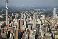 <p>Йоханнесбург с высоты птичьего полета 18 февраля 2010 года. Южно-Африканская Республика расположена на юге Африканского континента и растянута почти на 2.800 километров вдоль побережья Атлантического и Индийского океанов. REUTERS/Euroluftbild.de</p>