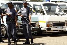 <p>Полицейские следят за порядком во время акций протестов таксистов в Соуэто 15 марта 2010 года. Уже 11 июня начнется чемпионат мира по футболу, однако Южно-Африканской Республике, где пройдет турнир, нужно еще преодолеть несколько препятствий, чтобы это событие стало незабываемым. REUTERS/Siphiwe Sibeko</p>