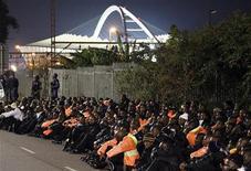 <p>Funcionários de segurança do estádio de Moses Mabhida são detidos pela polícia sul-africana, que disparou gás lacrimogêneo e balas de borracha contra os trabalhadores que protestavam sobre pagamento de salários no início da segunda-feira. 14/06/2010 REUTERS/Rogan Ward</p>
