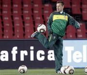 <p>Técnico Dunga brinca com bolas durante treino da seleção brasileira em Johanesburgo. Ele agradeceu o incentivo dado por torcedores no estádio em que o Brasil enfrentará a Coreia do Norte. REUTERS/Paulo Whitaker</p>