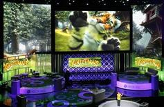 """<p>Una joven enseña el juego """"Kinectimals"""" para el sistema Kinect de la consola de videojuegos Xbox 360 durante una presentación a medios en el teatro Wiltern de Los Angeles, jun 14 2010. Microsoft bautizó con el nombre de """"Kinect"""" a su nuevo sistema de juegos con sensor de movimientos, ofreciendo un avance de próximos títulos con los que espera atraer a una nueva generación de jugadores ocasionales a la consola Xbox, que cuenta con 40 millones en todo el mundo. REUTERS/Mario Anzuoni</p>"""