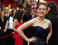 """<p>Kristen Stewart na cerimônia dos Oscars em março. A atriz mal pode esperar para cravar os dentes em """"Amanhecer,"""" a parte final da série de filmes de sucesso """"Crepúsculo,"""" sobre a paixão por um vampiro. 07/03/2010 REUTERS/Brian Snyder</p>"""