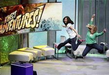 """<p>Mulheres demonstram o """"Kinect Adventures"""", em Los Angeles. O sistema de sensor de movimentos para videogames da Microsoft, Kinect, chegará às prateleiras dos Estados Unidos no dia 4 de novembro, a tempo para a temporada de vendas de Natal, na esperança de atrair novos jogadores casuais ao console de games Xbox e ganhar força frente à concorrência da Nintendo e da Sony.14/06/2010.REUTERS/Mario Anzuoni</p>"""