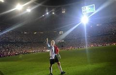 """<p>Вратарь """"Баварии"""" Оливер Кан покидает поле во время своего прощального матча за команду против сборной Германии в Мюнхене 2 сентября 2008 года. 15 июня 1969 года родился немецкий футбольный вратарь Оливер Кан. REUTERS/Kai Pfaffenbach</p>"""