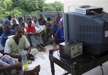 <p>Torcedores somalis assistem ao jogo de abertura da Copa do Mundo em Mogadishu. Militantes islâmicos mataram duas pessoas e detiveram dezenas de outras por violarem uma proibição contra assistir à Copa do Mundo pela televisão, na Somália, disseram moradores. 11/06/2010 REUTERS/Feisal Omar/Arquivo</p>