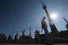 <p>Workers prepare a security fence for the upcoming G20 summit in front of the CN Tower in Toronto, June 7, 2010. REUTERS/Mark Blinch</p>