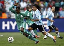 <p>Argentino Carlos Tevez participa de jogada em jogo contra a Nigéria pelo Grupo B da Copa do Mundo. Jogador disse que só a vitória interessa ao time. 12/06/2010 REUTERS/Eddie Keogh</p>
