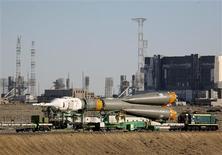<p>El cohete espacial Soyuz TMA-19 rumbo a su lanzadera en el cosmódromo Baikonur de Kazajistán, jun 13 2010. Dos astronautas estadounidenses y un cosmonauta ruso despegaron a bordo de una nave rusa Soyuz desde Kazajistán el martes, en un viaje de dos días a la Estación Espacial Internacional. REUTERS/Sergei Remezov</p>
