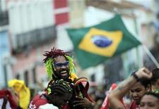 <p>Болельщики сборной Бразилии радуются победе команды в матче против Северной Кореи, 15 июня 2010 года. Сборная Бразилии обыграла команду Северной Кореи с разницей в один мяч, а Португалия и Кот-д'Ивуар сыграли вничью в рамках матчей группы G чемпионата мира по футболу, прошедших во вторник вечером в ЮАР. REUTERS/Ricardo Moraes</p>