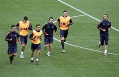 <p>Игроки испанской сборной во время тренировочной сессии в Дурбане 15 июня 2010 года. Сборная Испании сыграет против команды Швейцарии в первом для себя матче группы H на чемпионате мира по футболу в ЮАР в среду. REUTERS/Rogan Ward</p>