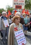 <p>Пенсионеры протестуют против поднятие минимального пенсионного возраста, Лион 27 мая 2010 года. Французам придется выходить на пенсию на два года позже, а богатые будут платить более высокие налоги, сообщило правительство Франции в среду, говоря о мерах по выводу пенсионного бюджета страны из дефицита. REUTERS/Robert Pratta</p>