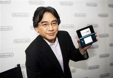 <p>Satoru Iwata mostra o Nintendo 3DS. A japonesa Nintendo anunciou nesta terça-feira a nova versão de seu console portátil DS, que exibe jogos e filmes em 3D sem necessidade de óculos especiais, buscando revitalizar a demanda no mercado de games.15/06/2010.REUTERS/Phil McCarten</p>