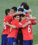 <p>Сборная Чили радуется победе над командой Гондураса на чемпионате мира по футболу в ЮАР, Нелспрейт 16 июня 2010 года. Сборная Чили одержала победу над командой Гондураса с минимальным счетом в первом матче группы H чемпионата мира по футболу. REUTERS/Radu Sigheti</p>