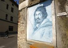 <p>Pintura do artista barroco Michelangelo Merisi, conhecido como Caravaggio, próximo à casa onde o artista nasceu, na Itália. Antropólogos italianos acreditam ter finalmente encontrado os restos do artista, resolvendo um mistério que havia séculos cercava a morte do pintor. 08/03/2010 ITALY-CARAVAGGIO/ REUTERS/Alessandro Garofalo</p>