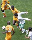 <p>Meia Deco em lance de partida contra a Costa do Marfim, pela Copa da África, se desculpou pelas críticas feitas ao técnico da seleção que o substituiu na partida. REUTERS/Oleg Popov</p>