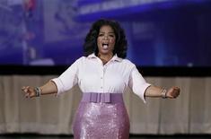 """<p>Foto de archivo de la presentadora de televisión Oprah Winfrey durante un especial de televisión en el Radio City Music Hall como parte del décimo aniversario de la revista """"O Magazine"""", Nueva York, mayo 7 2010. La multimillonaria presentadora de televisión estadounidense Oprah Winfrey entregó al personal de su oficina 10.000 dólares y un iPad de Apple, dijo el miércoles una portavoz. REUTERS/Lucas Jackson</p>"""