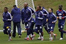 <p>Игроки сборной Франции тренируются на стадионе в Кейптауне, 14 июня 2010 года. Ниже представлено расписание игр чемпионата мира по футболу 2010 года на четверг, 17 июня. В скобках указано московское время. REUTERS/Charles Platiau</p>