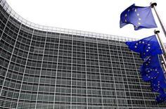 <p>Флаги Евросоюза перед штаб-квартирой Еврокомиссии в Брюсселе 27 ноября 2009 года. Лидеры Евросоюза в четверг согласовали санкции против Ирана, включая меры по блокированию инвестиций в нефтегазовый сектор и сокращению нефте- и газоперерабатывающих возможностей страны. REUTERS/Yves Herman</p>