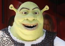 <p>Foto de archivo del personaje Shrek durante la presentación de su estrella en el Paseo de la Fama de Hollywood, mayo 20 2010. Las acciones de DreamWorks Animation SKG Inc se hundieron un 4,11 por ciento en jueves, después de que un alto ejecutivo advirtió de que sus ganancias del segundo trimestre quedarían por debajo de las expectativas de Wall Street. REUTERS/Fred Prouser</p>