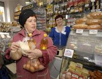 """<p>Пожилая женщина стоит у прилавка магазина во Владивостоке 17 марта 2009 года. Дефицит пенсионного фонда РФ """"неизбежно"""" приведет к повышению пенсионного возраста, сказал министр финансов Алексей Кудрин на экономическом форуме в Санкт- Петербурге. REUTERS/Yuri Maltsev</p>"""